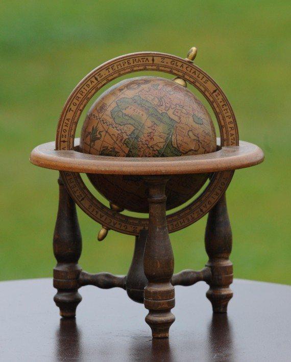 globe terrestre vintage en bois oravis. Black Bedroom Furniture Sets. Home Design Ideas
