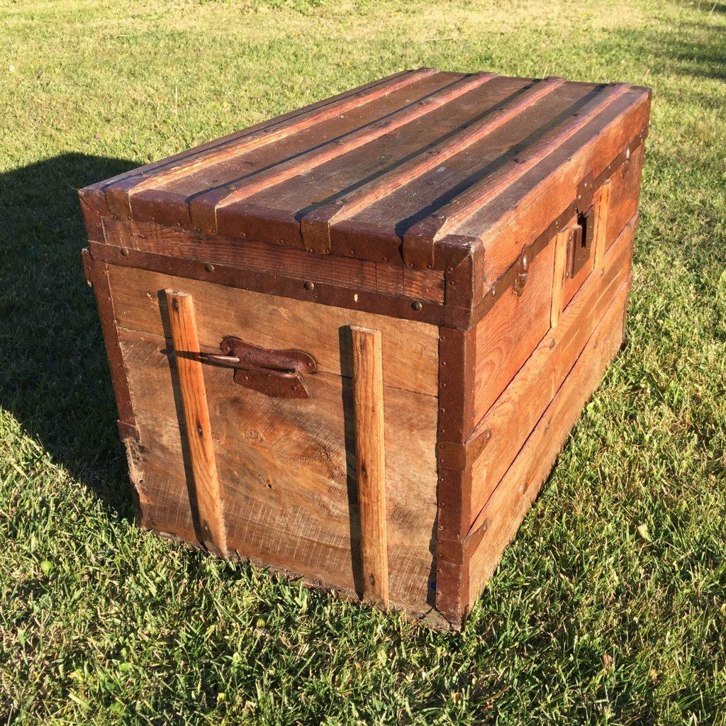 malle en bois oravis. Black Bedroom Furniture Sets. Home Design Ideas